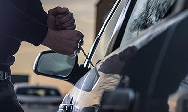 Prób kradzieży lub wandalizmu powodujących unieruchomienie pojazdu, kradzieży całkowitej.